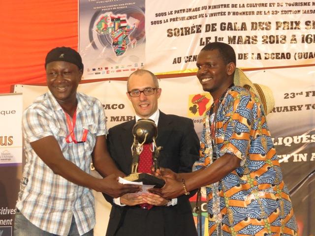Hurel-Régis Béninga lors de la réception de son prix  (à droite sur la photo)